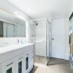 Central bathroom with double basins
